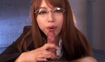 インテリ眼鏡の吉沢明歩がフェラの苦手な女の子のために実演する男をイカセるシャクり講座