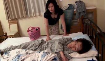 美魔女ママが息子の寝込みを襲いチ○ポをくわえ込む!そのまま近親相姦へと発展し中出しされる