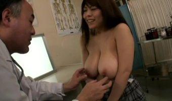 爆乳JK 恵けいが病院に行くも胸のデカさに圧倒されたセクハラ医師によって乳を弄ばれる非常事態に!