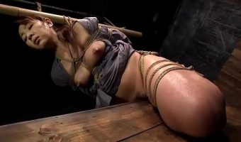 女囚人みづなれいが尖った板の上に座らされ木材の角がマ○コに食い込む性拷問を受ける!