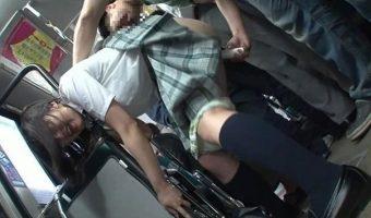 マジメそうな容姿の女子高生にバス車内で手マン痴漢をした男性がエスカレートしてその場で即ハメ!