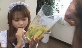 メイド姿のカワイ子ちゃんが出来立てほやほやの小便を飲尿する汚らしい動画