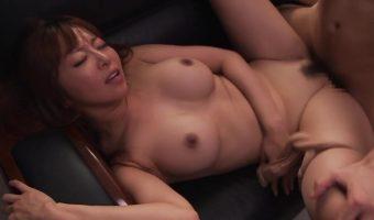 人妻OLのKAORIが業務中に呼び出され社長室でいつものようにセックスの相手をさせられる