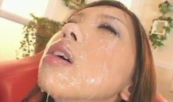MIMIがこれでもかっ!というほど大量の精子を顔に浴び精液の一部がアゴから垂れ落ちるエグい事態に