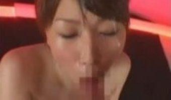 目の前で膝まづく美女たちの顔に精子のシャワーを浴びせるぶっかけ動画集