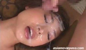 着物姿の原更紗が和室で顔射の洗礼を浴び顔がザーメンに埋もれる