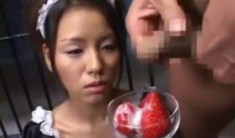 イチゴのデザートにザーメンをかけてもらいありがたく食ザーするメイドの女の子w