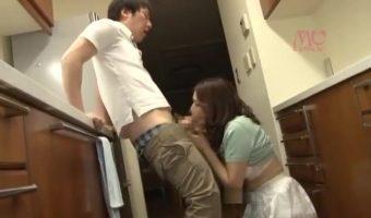 何かにつけ美人ママの松嶋友里恵に精子抜きを頼むスケベなバカ息子