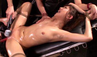 凶悪組織に拘束された女捜査官 武井麻希がマ〇コとアナルへの快楽拷問で潮を吹きながら激しく悶える