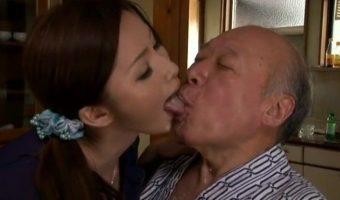 スケベ義父の徳田の爺さんが息子が連れてきた新妻 内藤斐奈を即行寝取る禁断のNTRストーリー