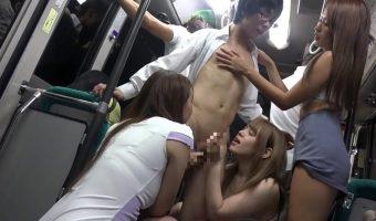 モテた経験のないメガネの陰キャがバス車内でミニスカ痴女から逆痴漢され楽しいひと時を過ごす