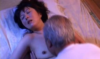 夫を献身的に支える熟女妻が義父に性行為を迫られ体を許す熟年NTRエロ!
