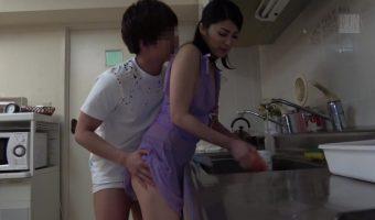 「いまお皿洗ってるから・・」息子からちょっかいを出され家事がはかどらないスケスケ衣装の古川祥子